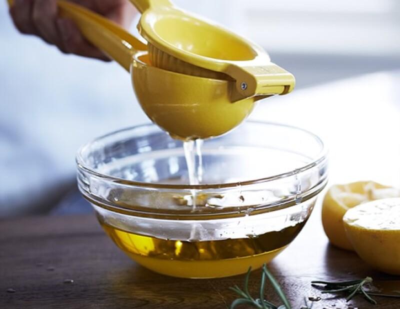 Las manchas amarillas en una camisa pueden ser un dolor de cabeza. Una de las maneras que puedes solucionar el problema es con una solución a base de jugo de limón.
