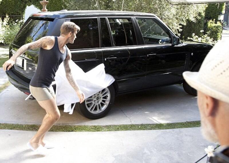 Como parte de la espontaneidad del comercial, David tuvo que correr en pantuflas por la calle.