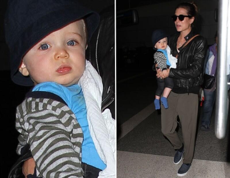 La hija de Carolina de Mónaco fue captada con su hijo Raphael y su pareja Gad Elmaleh llegando a Los Ángeles provenientes de París. Desde hace meses no veíamos al bebé de ocho meses de edad.