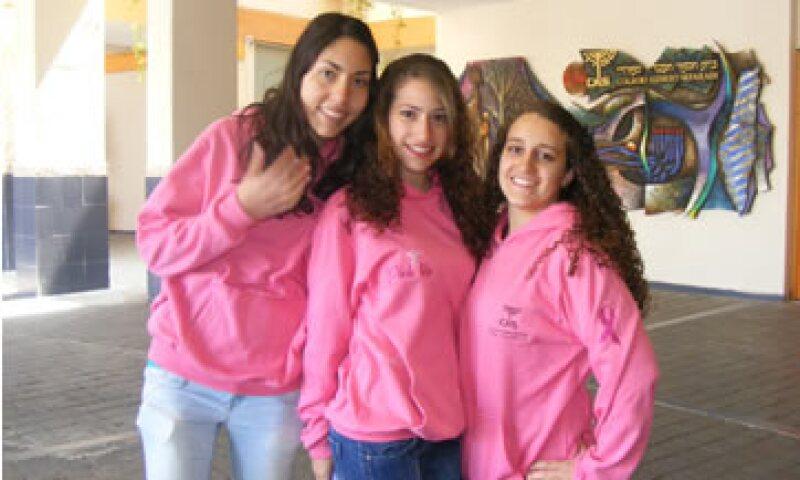 Las sudaderas de la fundación se han vuelto una prenda popular entre las chicas de preparatoria. (Foto: Cortesía Pink Life Against Breast Cancer)
