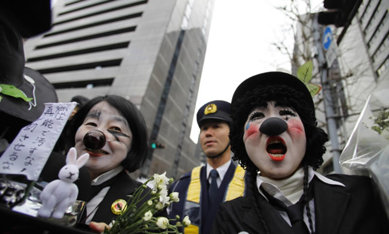Personas disfrazadas lanzaron consignas afuera de la firma Tokyo Electric Power (TEPCO) durante una manifestación antinuclear.