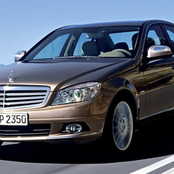 Mercedes-Benz se cuela en el quinto lugar de este conteo con el sedán C200K. Este año se vendieron 979 unidades, un aumento de 55.6% respecto al resultado de 629 autos entre enero y junio de 2010.