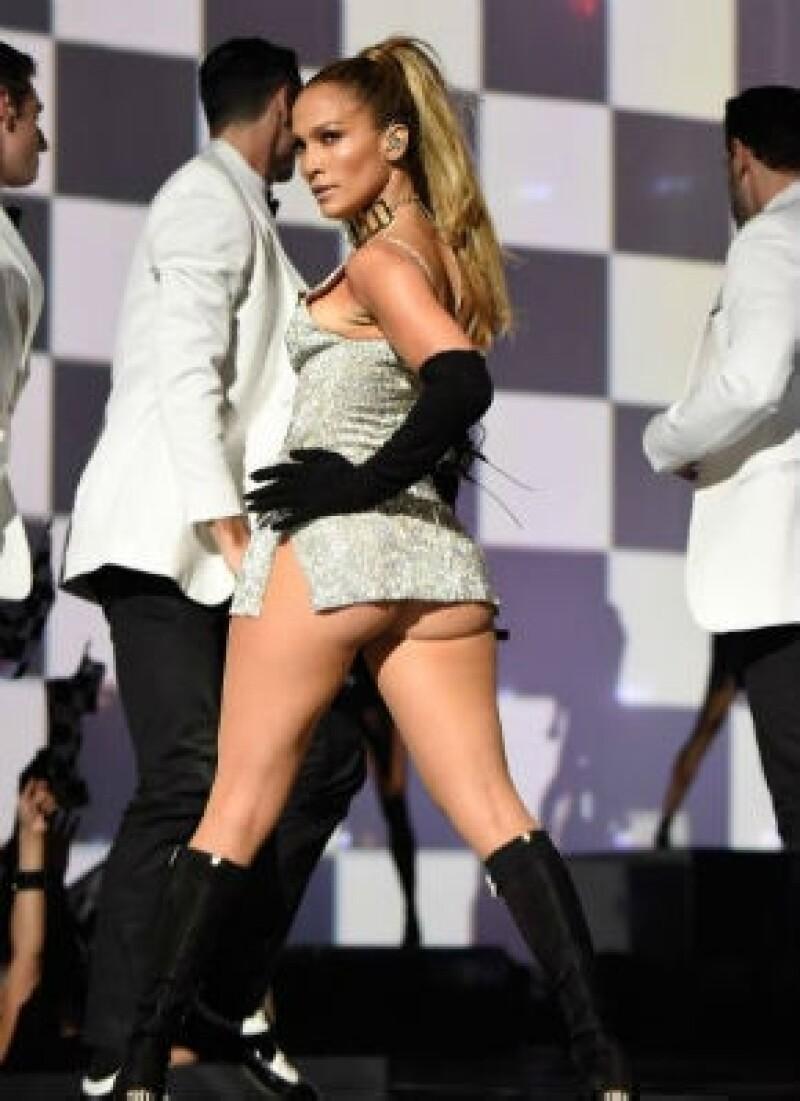La actriz y cantante está decidida a no perder su reinado por su apreciado derrière y en el evento Fashion Rocks en Nueva York lo demostró con un sensual número musical.