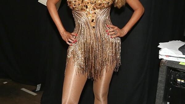 La actriz fue capaz de bailar al ritmo del tema &#39El Taxi&#39 de Pitbull enfundada en un minivestido dorado de Mark Zunino que pesaba 11 kilos debido a los adornos de cristal.