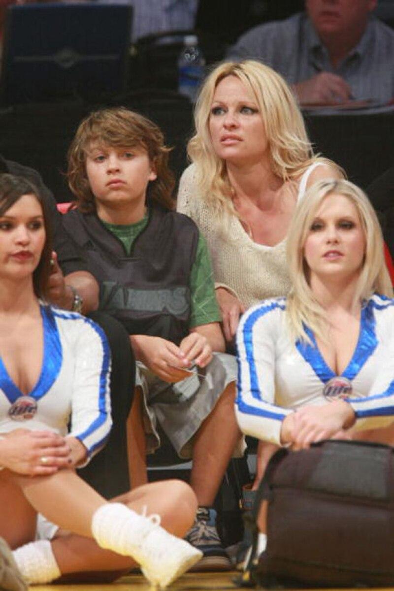 En el 2008, a un juego de los Lakers, fue una de las últimas veces que Pamela llevó a su hijo a un evento.