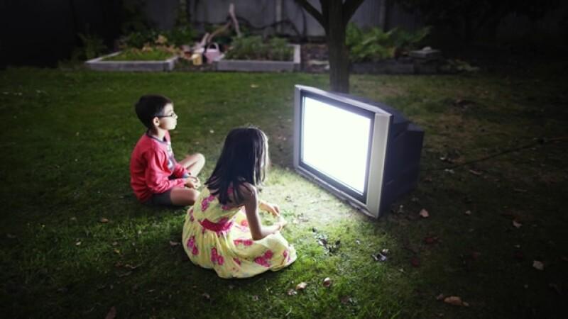 niños viendo television