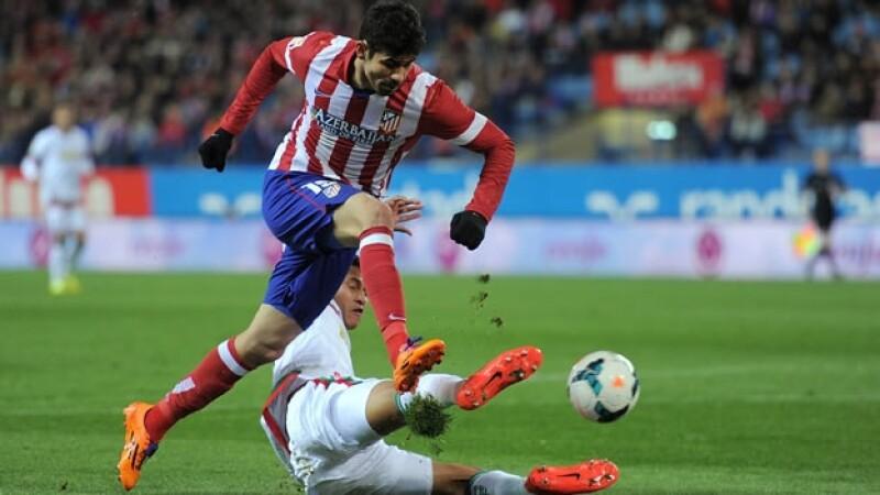 El delantero Diego Costa anotó el gol que le vale el liderato
