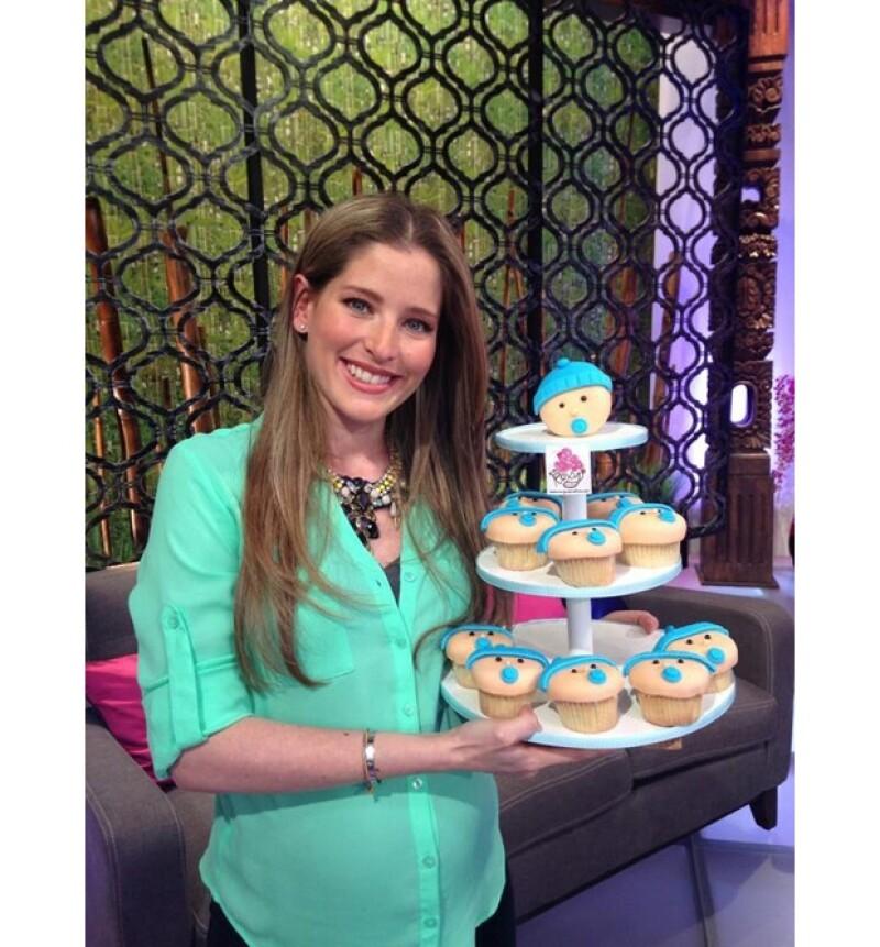 La guapa conductora estuvo muy celebrada durante su embarazo, aquí recibiendo un pastel de cupcakes.