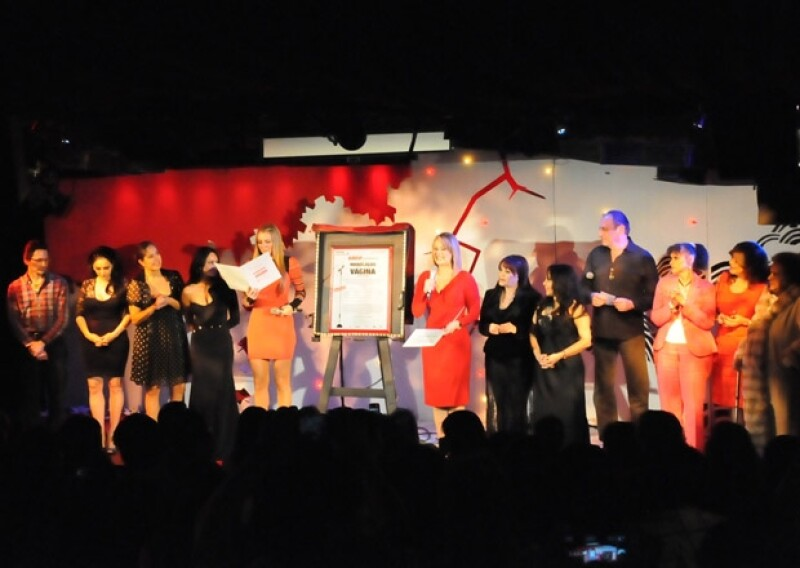 """De pie y entre aplausos, el elenco de """"Los monólogos de la vagina"""" rindió homenaje a la actriz Carmen Montejo, fallecida el 25 de febrero a los 87 años, quien fuera invitada especial de la obra."""