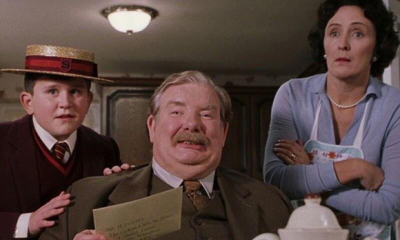 Si viste las películas de Harry Potter seguro recordarás las escenas de Dudley con sus padres, quienes le hacían la vida imposible a Harry.