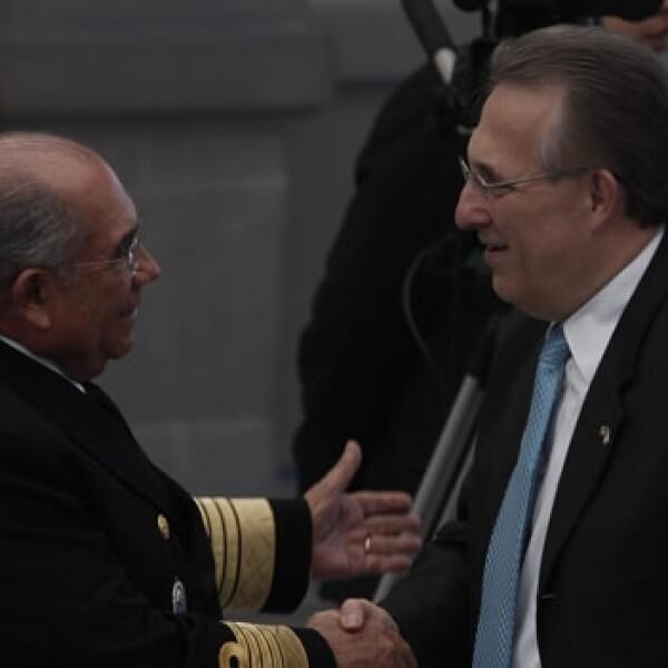 Francisco Saynez, Secretario de Marina junto a Anthony Wayne, Embajador de Estados Unidos en México durante la Conferencia Internacional para establecer el Esquema Hemisférico de Cooperación contra la Delincuencia Organizada Transnacional.