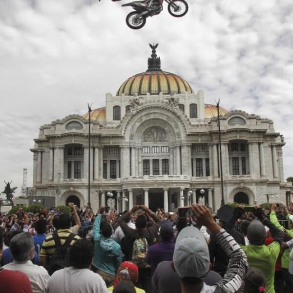 Este domingo tres motociclistas realizaron exhibiciones de freestyle