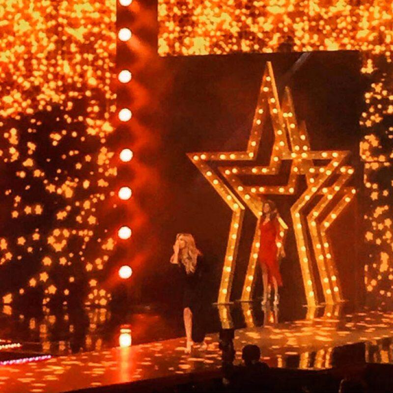 La guapa cantante no podía contener su emoción e hizo algunas publicaciones durante el show.