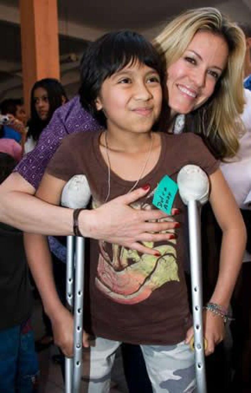 Rebecca obsequió juguetes a los niños del Instituto Nacional de Pediatría de esta ciudad, su fundación realizó un donativo en favor de esta misma institución.