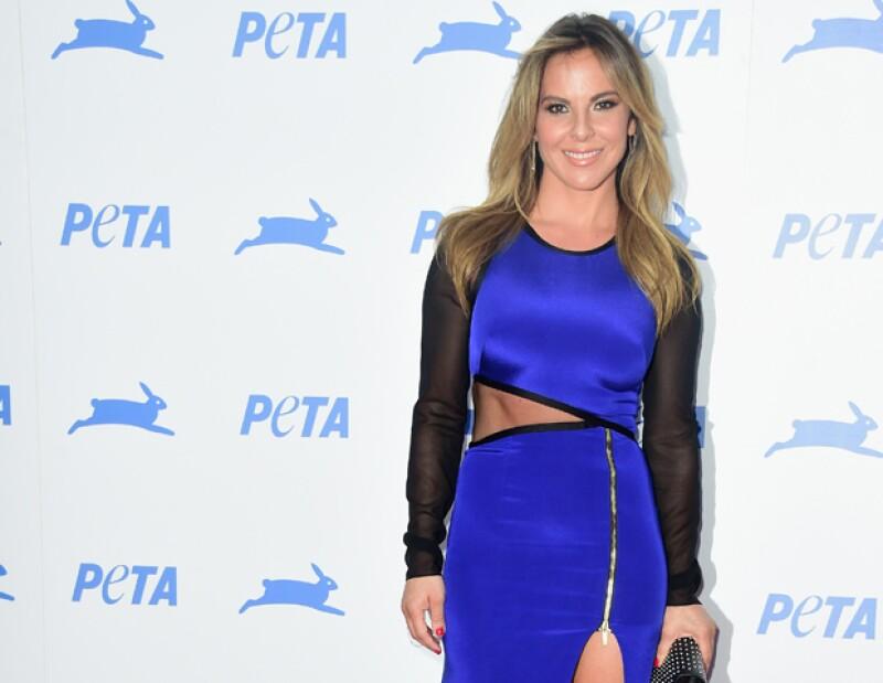 La mexicana llegó con un vestido que dejaba ver su impresionante abdomen para celebrar los 35 años de PETA, donde además recibió un reconocimiento por su labor como protectora de animales.