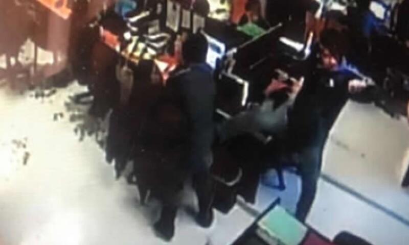 El video donde se muestra la agresión contra el trabajador se difundió estos días en las redes sociales. (Foto: Especial)