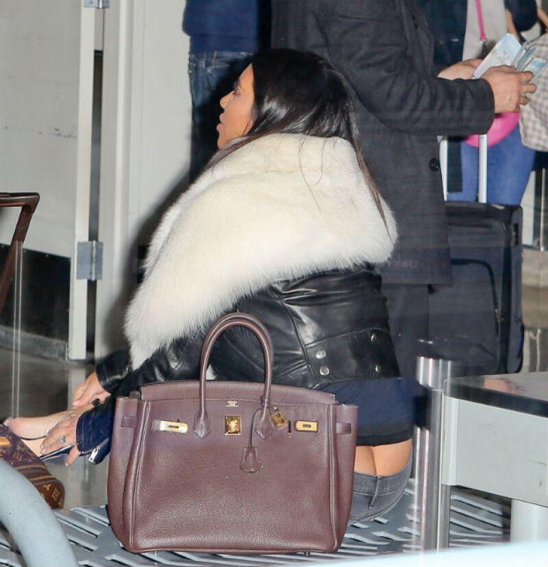 La socialité y su esposo Kanye West se encontraban en el aeropuerto de Los Ángeles cuando Kim fue traicionada por sus jeans, que dejaron ver su famoso trasero de forma accidental.