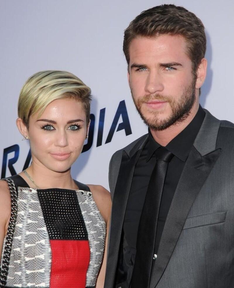 Miley y Liam posaron juntos, ella sonrreía pero él estaba más inexpresivo.