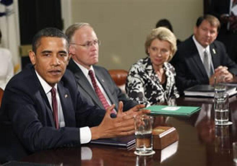 De izquierda a derecha, Obama, el gobernador de Vermont Jim Douglas, la gobernadora de Washington Christine Gregoire, y el gobernador de Dakota del Sur Mike Rounds.  (AP)