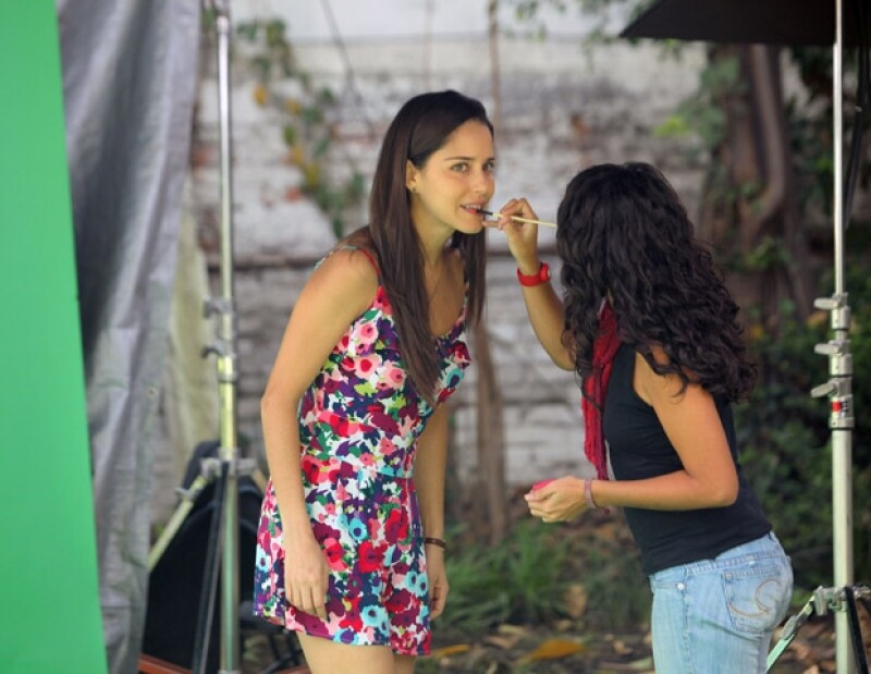 Ana Claudia durante un retoque de maquillaje para las fotos de la segunda temporada de la serie.