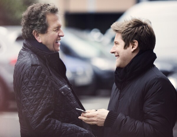 Mario Testino con el director creativo y CEO Christopher Bailey.