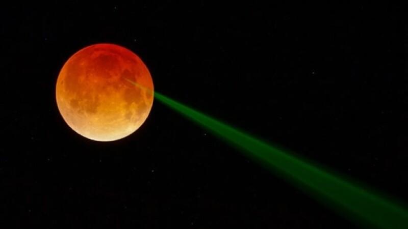 La imagen de un misterioso rayo verde en la luna durante el eclipse del 15 de abril