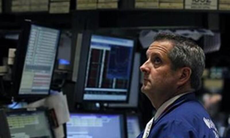 Wall Street se vio afectado porque el anuncio de la Fed quitó un apoyo al mercado de EU que enfrenta varios problemas. (Foto: Reuters)