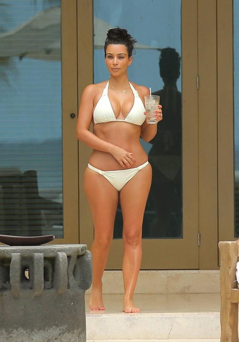 Kim lució sus sexys curvas en Punta Mita.