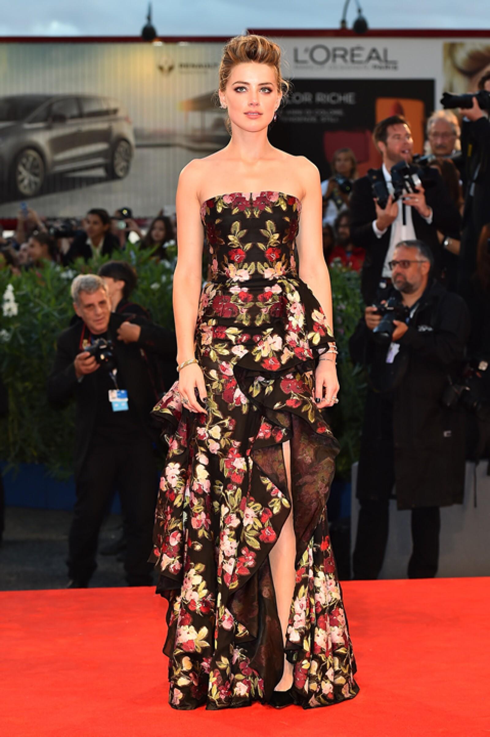 Para la premiere de `Danish Girl´, Amber Heard usó un vestido negro con estampado de flores de Zimmermann de la colección spring 2015. Llevó pumps de Christian Louboutin para complementar el look.