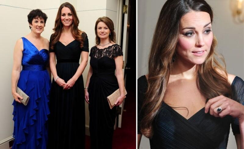 La primera vez que Kate usó el vestido de su diseñadora predilecta fue en octubre del año pasado, en aquella ocasión sólo presumió su famoso anillo de compromiso y una pulsera de diamantes como accesorio.