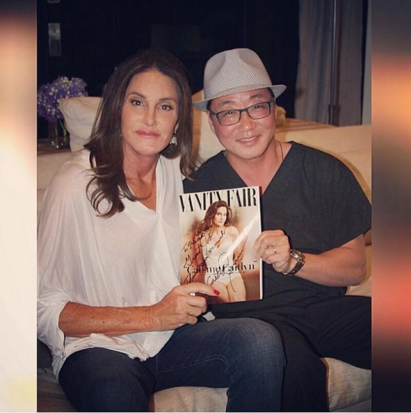 La empleada del Dr. Lee compartió una fotografía en la que aparecen él y Caitlyn posando con la revista autografiada, en señal de agradecimiento por su buen trabajo.