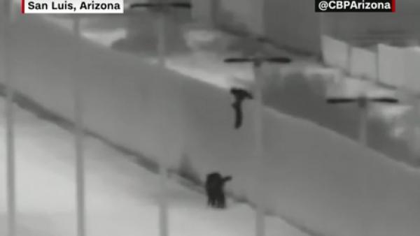 Un presunto contrabandista arroja niños por el muro fronterizo