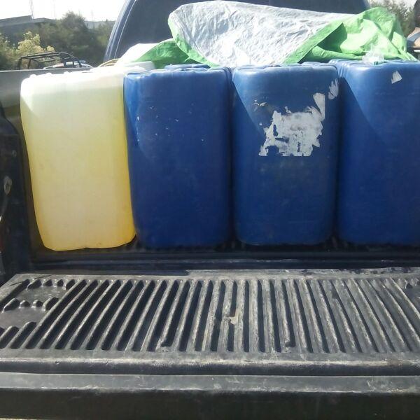 Militares aseguran camionetas cargadas de tambos con hidrocarburo robado en Acajete.