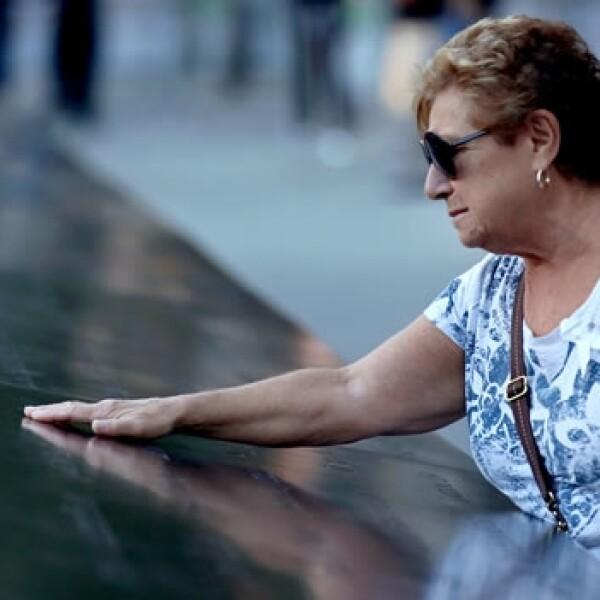Víctima de los ataques visita el memorial del 11S