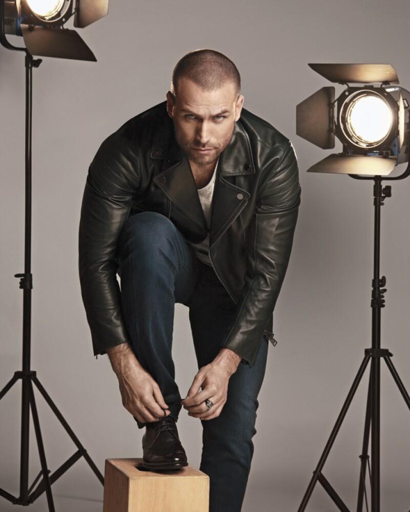 Chamarra de piel de Pal Zileri, T-Shirt de John Varratos, Jeans de Diesel, Zapatos de Louis Vuitton.