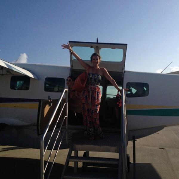 Después de aterrizar se subieron a una lancha que las llevaría al hotel.