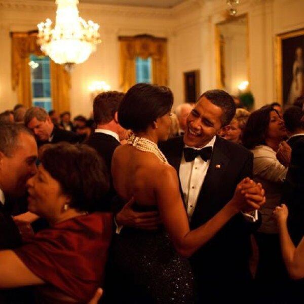 Barack y la primera dama bailan mientras la banda, Wind and Fire, toca en el Governors Ball en la Casa Blanca.