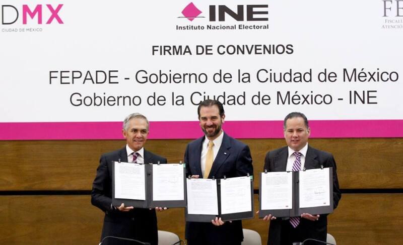 Miguel Ángel Mancera (izq.), Lorenzo Córdova (centro) y Santiago Nieto (der.) suscribieron el acuerdo.