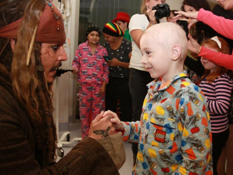 El actor se disfrazó de su famoso personaje para visitar a niños enfermos en Australia, durante el rodaje de su nueva película de Piratas del Caribe.