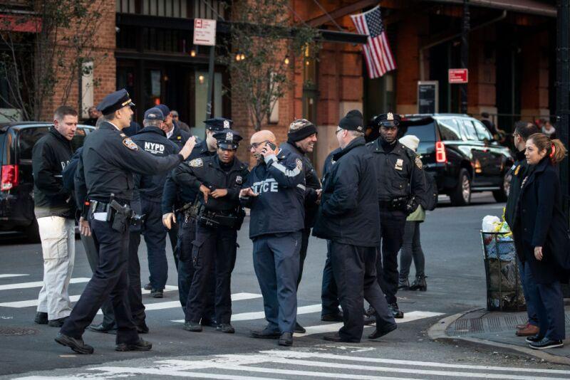 La policía de NY acudió por el paquete sospechoso.
