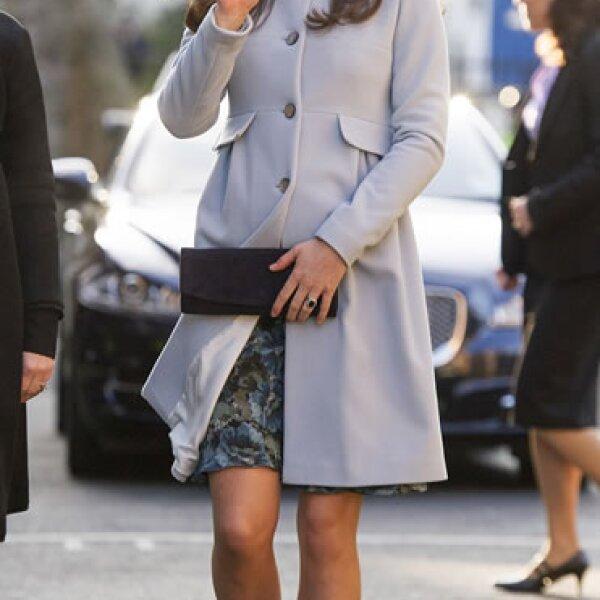 Kate Middleton eligió un vestido y encima un abrigo azul