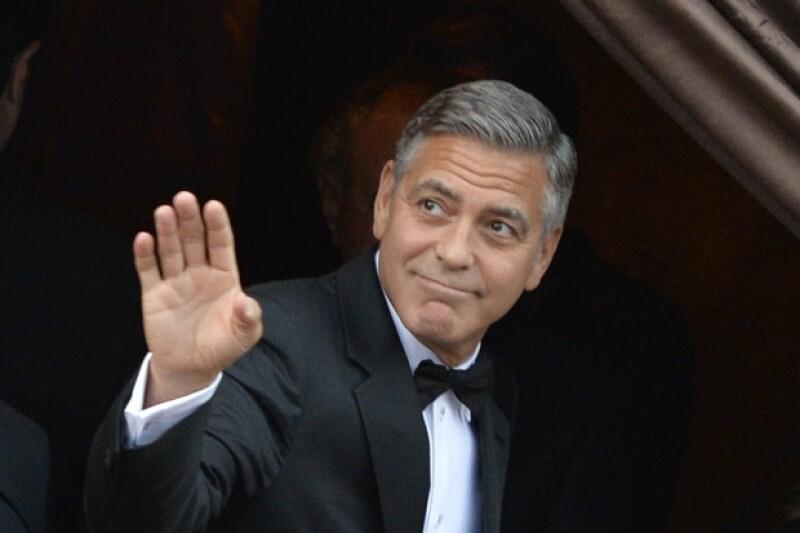 George lucía tranquilo y feliz momentos antes de su boda. Se tomó el tiempo de saludar a curiosos y reporteros.
