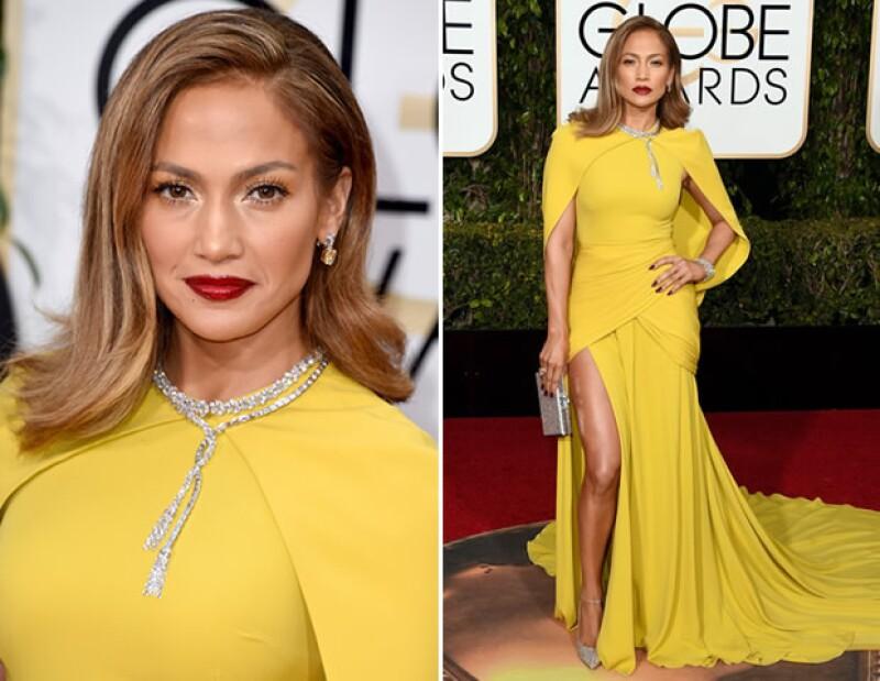 Jennifer Lopez intercambió sus looks con transparencias por un vestido más conservador.