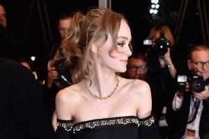 Si creías que después de ser la estrella del festival de Cannes, la graduación de Lily-Rose Depp sería un evento de poca importancia, ¡te equivocas! Mira su vestido y te sorprenderás.
