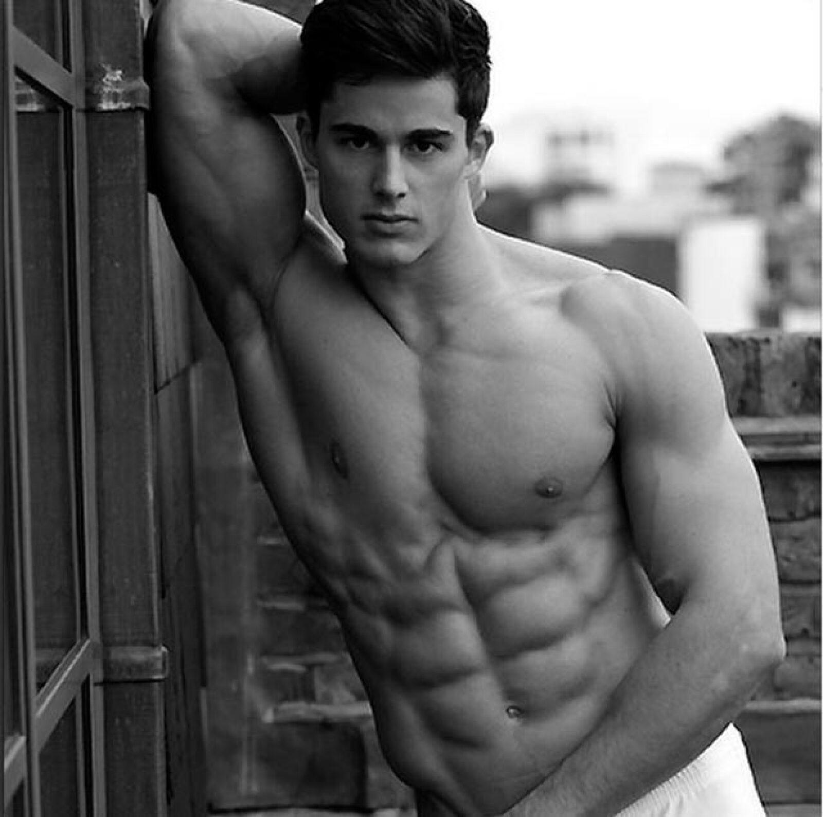 Este guapo italiano fue descubierto en Google por una de sus alumnas en la University College London, quien reveló que además de ser maestro es un cotizado modelo.