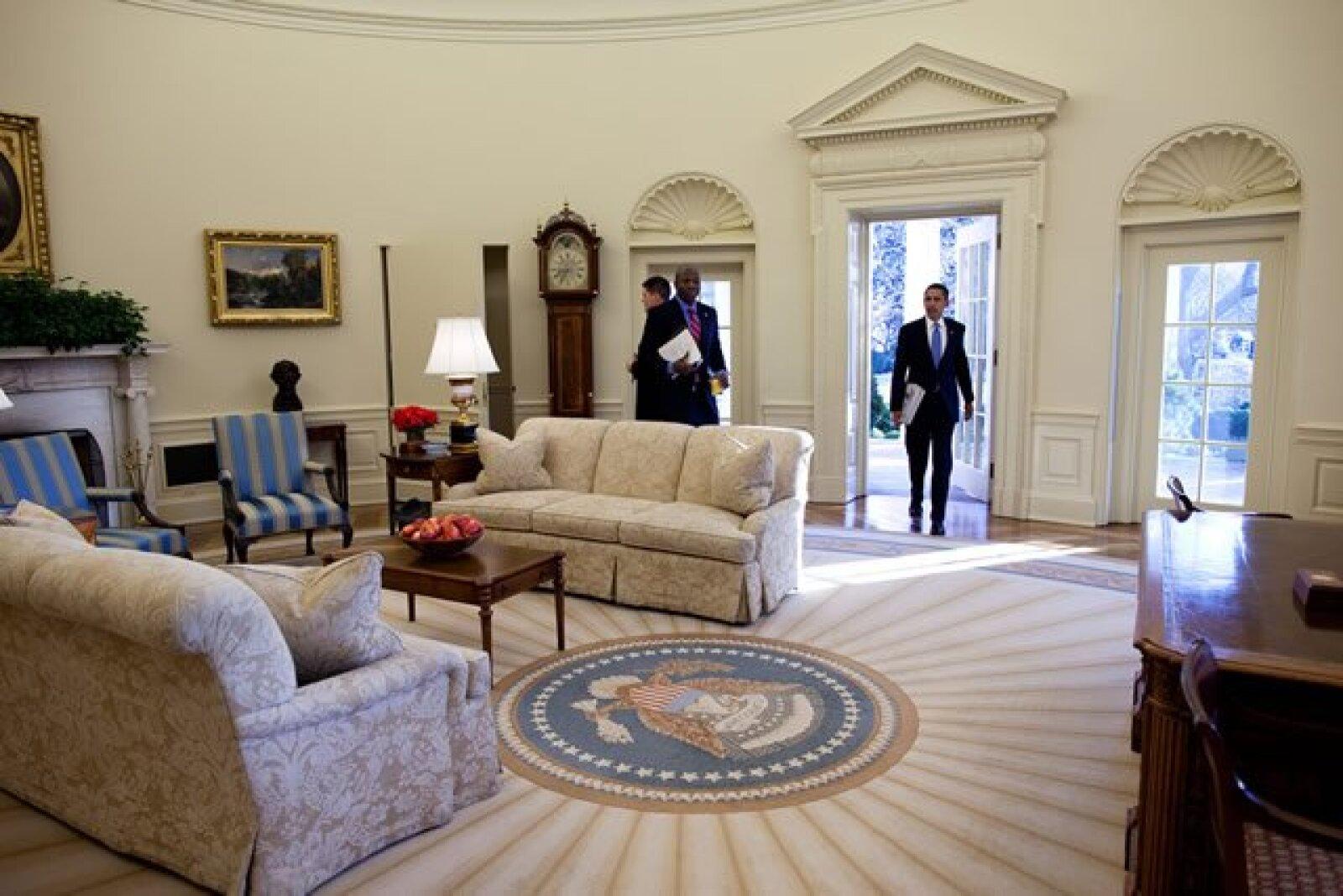 Barack camina a la Oficina Oval de la Casa Blanca para su primer día de trabajo como presidente de Estados Unidos.