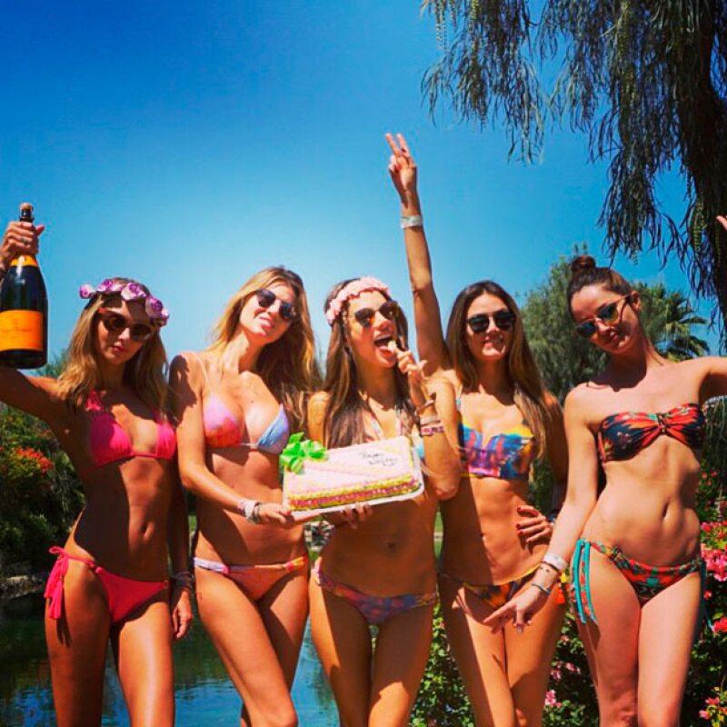 Alessandra Ambrosio festejó su pre cumpleaños en Coachella rodeada de amigas y patrocinada por H&M.