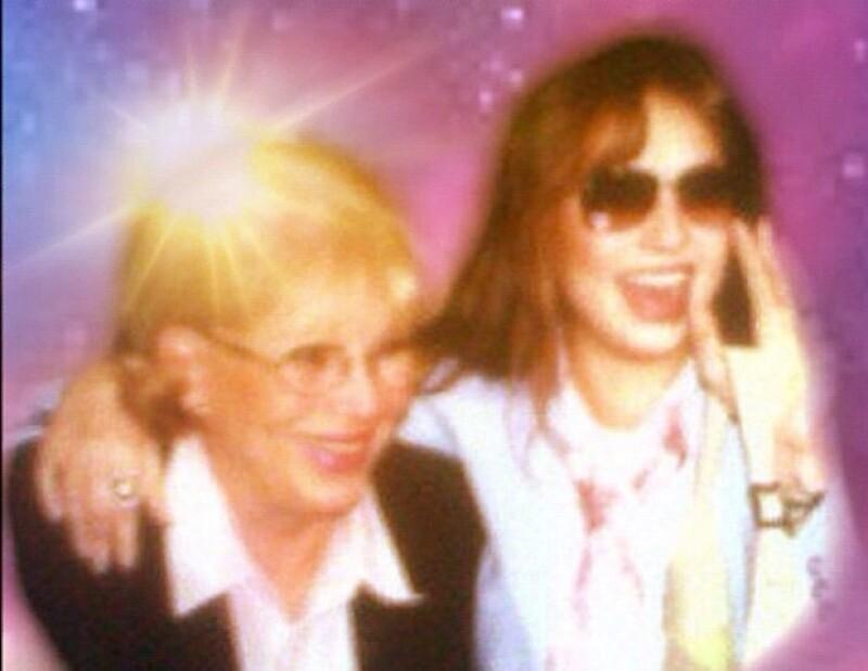 La cantante compartió esta imagen de su madre y ella vía Twitter.