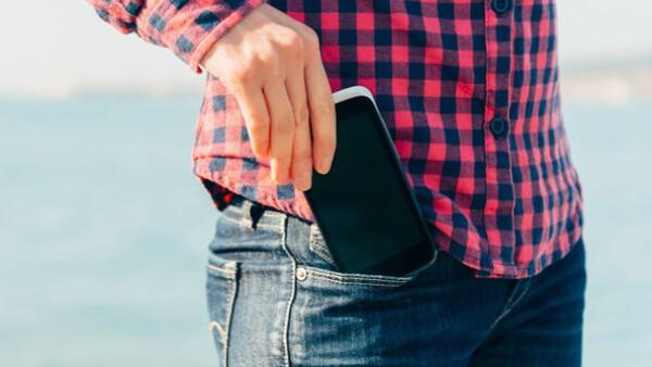 Piénsalo bien antes de guardar tu smartphone en tu bolsillo