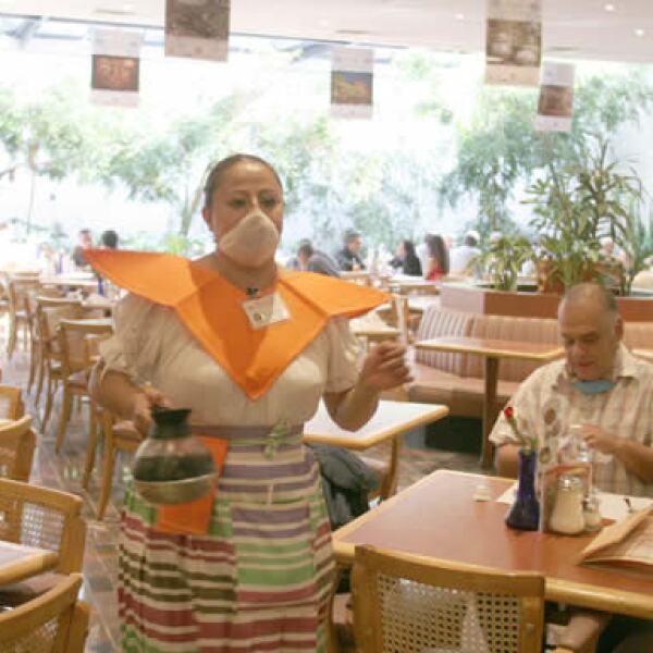 A pesar de haber iniciado labores totales desde el 6 de mayo la gente sigue siendo renuente en comer en algún establecimiento.